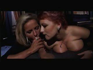 Due Belle Donne Giocando Con El Cazzo