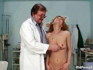 Skinny Milf Gyno Examen De La Clínica Por El Médico Rizado