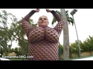 Sexy Samantha 38g Dedos Su Coño Fuera En El Patio