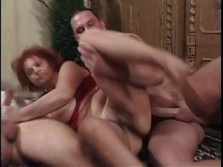 Big Tit Bbw Granny Mathilda Obtiene Dos Tíos Jóvenes