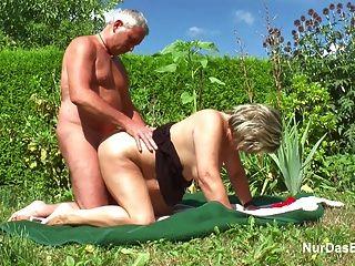 Abuelo Alemán Y La Abuela Follan Duro En El Jardín
