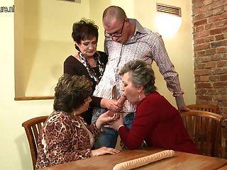 Madre Madura Mamá Y Mamá Follan No Su Hijo