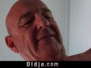 Viejo Y Calvo Follando Su Curvy Teeny Esposa