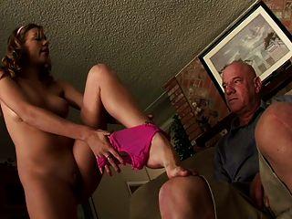 Hermosa Chica Hace Un Vídeo De Mierda Con El Viejo Hombre