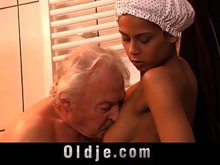 Abuelito Caliente Cachonda Creole Teen Bajo La Ducha