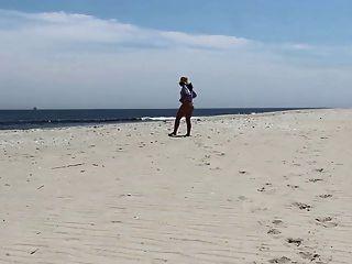 Jackie Stevens Es Wildflower En La Playa De Desnudos