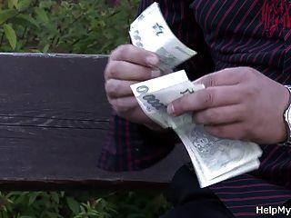 Él Coge A Mi Esposa Joven Para El Dinero