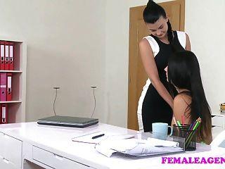 Femaleagent Busty Agente Seduce La Belleza Tímida