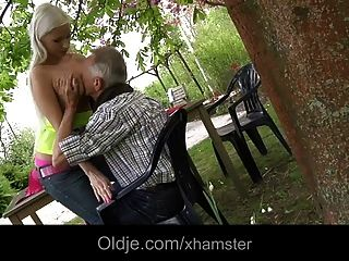 Rico Viejo Follando Su Rubia Pechugona