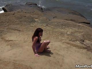 Español Milf Se Desnuda En La Playa Detrás Del Escenario
