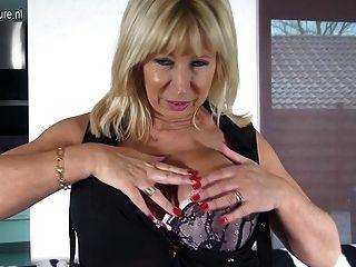 Madre Holandesa Madura Jugando Con Su Coño Afeitado