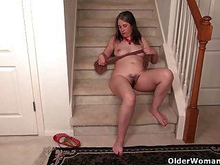 Kelli De Milfs Y Mice Se Masturba En Las Escaleras