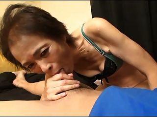 Abuela Asiática Del Bebé 69yo Flaco