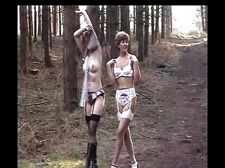 Sara Y Tira De Jade En El Bosque