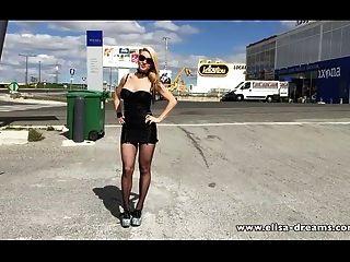 Intermitente Y Desnudo En Un Estacionamiento Público