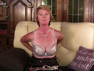 Madre Británica Traviesa Madura Jugando Con Su Coño Mojado
