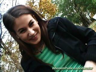Linda Adolescente Es Atornillado En El Parque