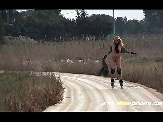 Parpadear Y Patinar Desnudo En Público