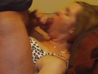 Esposa De Milf Teniendo Corrida En La Barbilla