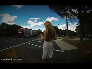 Desnudo En Un área De Descanso Para Los Camioneros