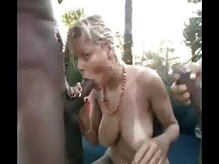 Blondie Con 2 Negros Cerca De La Playa