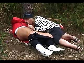 Abuelita Grande Chupa Follando En El Bosque