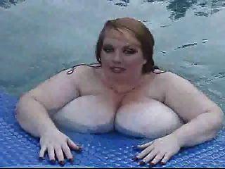 Chica Gorda Y Blanca Nadando Desnuda En La Piscina