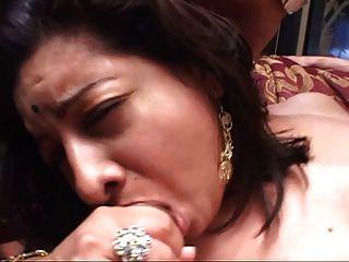 Chubby Indian Babe Con Culo Grande En La Cama Chupar Y Follar Dos Pollas Duras
