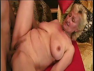 Monica: Big Cock Jóvenes Y Un Dildo Para La Sexy Dama