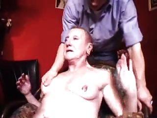 Abuela Francesa Perforada Con El Puño Y El Enchufe Anal
