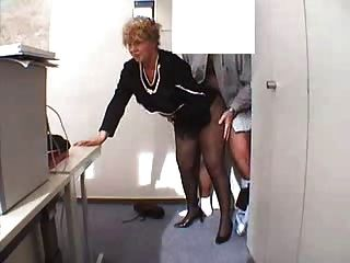 Abuelita En La Oficina