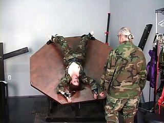 Soldado Refrenado Chica Obtiene Sus Tetas Desnudo Y Nips Torturado Por El Maestro