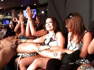 Fiesta De Striptease Masculino En El Club