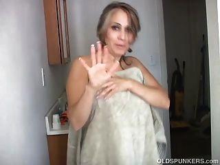 Sexy Spunker Viejo Afeita Su Coño Bonito Y Tiene Una Bonita Paja