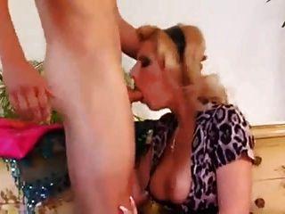 Busty Maid Seducir A Un Jovencito A Follar Su Culo