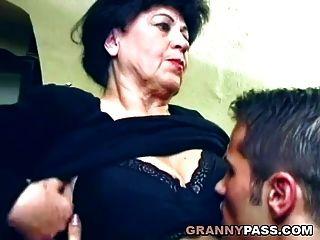 Hermosa Abuelita Se La Follan En La Mesa