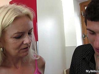 Esposa Entra Y Ve A Su Madre Y Su Marido Follando