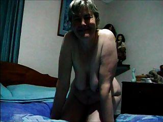 Abuela Desnuda Jugando Con Sus Tetas