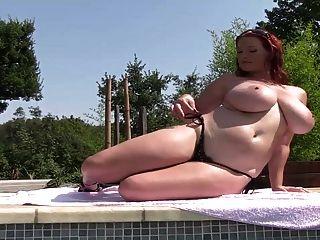 Pelirroja Tetona Con Grandes Tetas Se Desnuda En Un Estanque 2