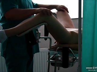 Orgasmo De Niña En La Silla Ginecológica