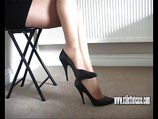 Chica Caliente Se Burla De Sus Largas Piernas Sexy Y Tacones Cónicos