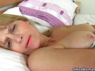 British Milfs Ila Jane Y Penny Arroyos Desnudarse Y Jugar