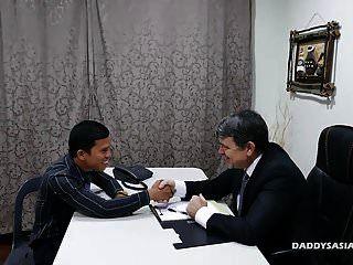 Papi Y Jovencito Asiático Follan A Pelo