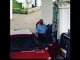 Pene Viejo En La Bomba De Gas