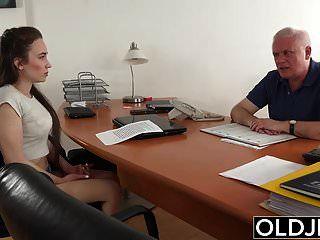 Jovencita Follada Por Anciano En Oficina Mamada Garganta Profunda
