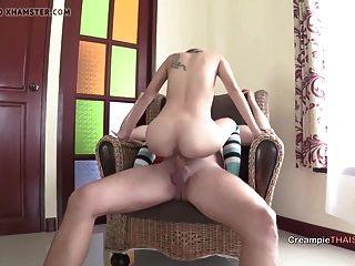La Pequeña Adolescente Tailandesa Monta El Pony Blanco Y Creampied