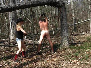 Amante De La Chica Del Campo Azotando A Su Esclavo En El Bosque