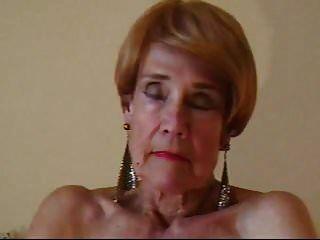 Olga Tiene 74 Años Y Le Encanta Tocar Su Calvo Coño Con Los Dedos.