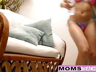 Momsteachsex Mamá Caliente Y Adolescente Pelean Por La Polla De Los Chicos De La Piscina