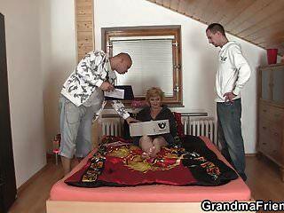 Abuela Flaca De 60 Años Agrada A Dos Hombres